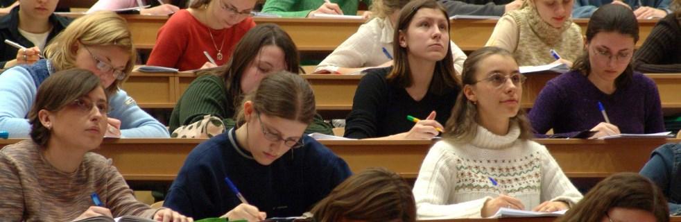 Étudiants dans les bancs universitaires